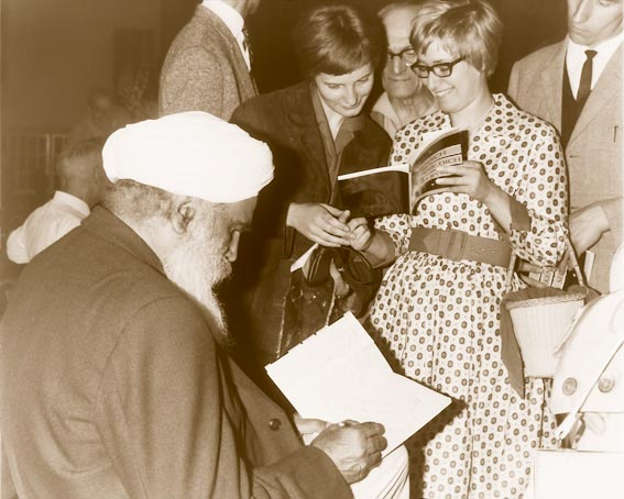 "Sant Kirpal Singh signing His pamphlet ""Man! Know Thyself"", Berlin 1963"
